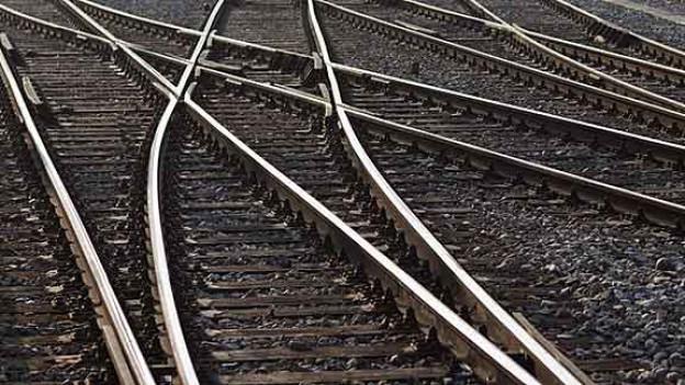 Mehrere Zugschienen kreuzen sich.