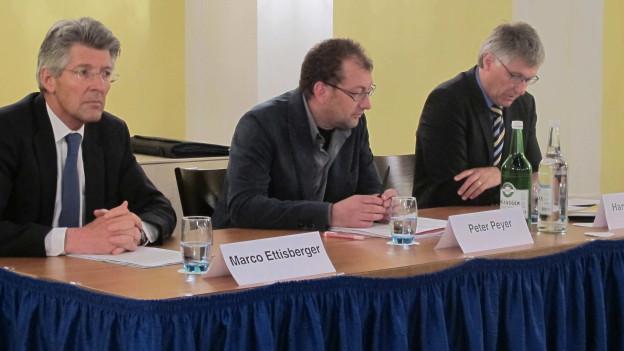 Die Initianten sitzen am Tisch an der Medienkonferenz.