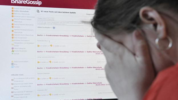 Jugendliche fordern eine Anlaufstelle für Cybermobbing.