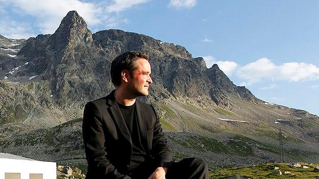 2010: Der Regisseur Giovanni Netzer posiert vor dem Freilichttheater auf dem Julierpass oberhalb Bivio