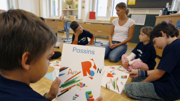 In den Bündner Schulzimmer gibt es bald wieder Schulbücher in den Idiomen.