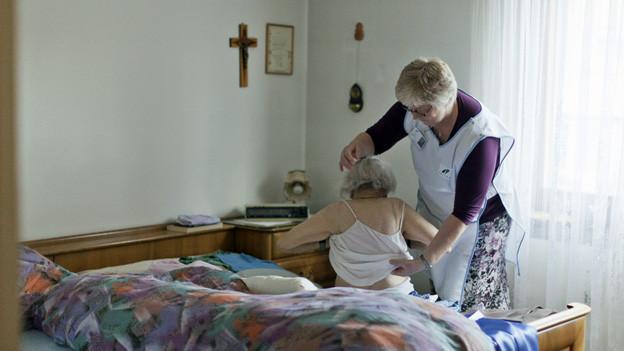 Angehörige von pflegebedürftigen Menschen können eine Ausbildung machen und sich bei der Spitex anstellen lassen.
