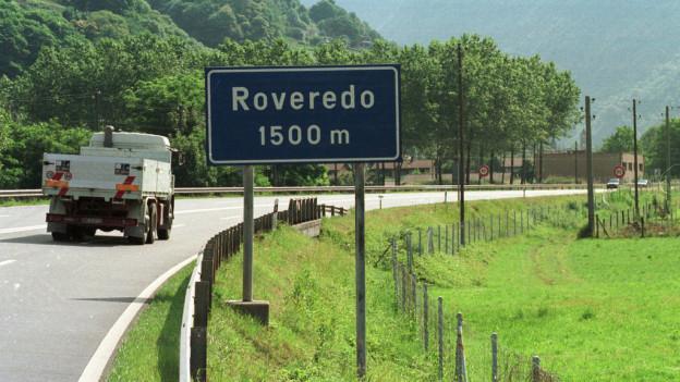 Autobahnausfahrt in die Gemeinde Roveredo