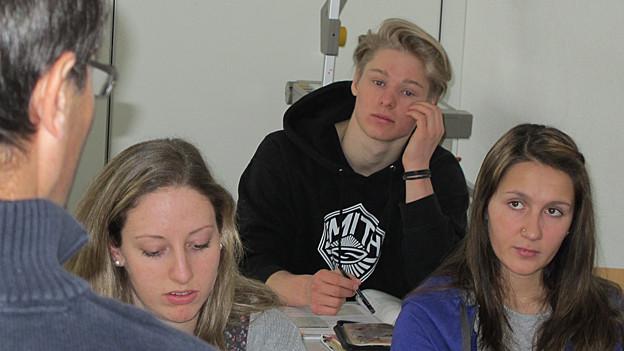 Snowboarder Lucien Koch in der Schule