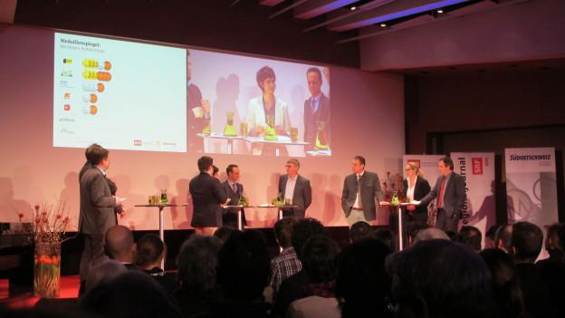 Das Wahlpodium der Bündner Regierungsratskandidaten