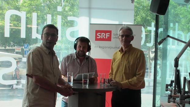 David Sieber (links) und Gian Ramming (rechts) mit Gesprächsleiter Pius Kessler.