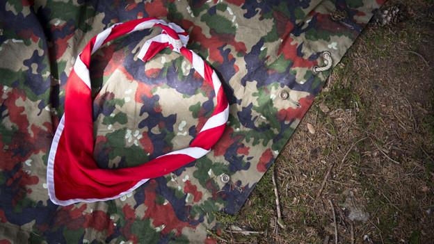 Eine Militärblache auf dem Boden