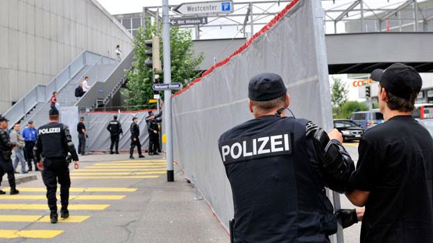 Polizisten stellen Sicherheitsnetz auf