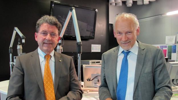 Zwei Herren im Radiostudio