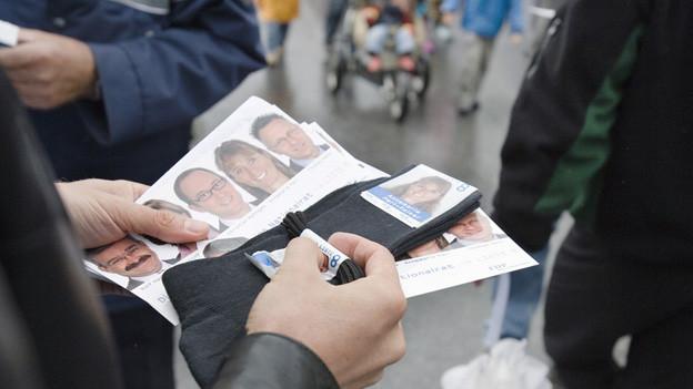 Fotos von Kandidaten auf verschiedenen WErbegeschenken.