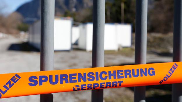Absperrband vor Gitter einer Unterkunft.