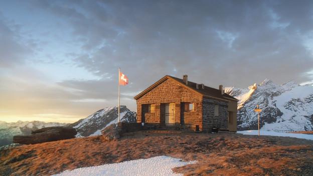 Berghütte im Abendlicht
