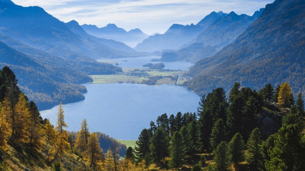 Blick vom Berg auf zwei Seen