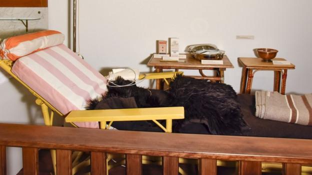 Liegestuhl in der Ausstellung.