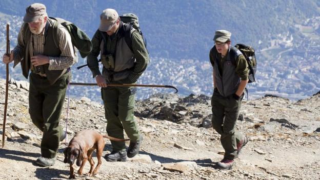Wann soll im Kanton Graubünden gejagt werden dürfen? Jäger unterwegs auf dem Gipfelgrat des Calanda.