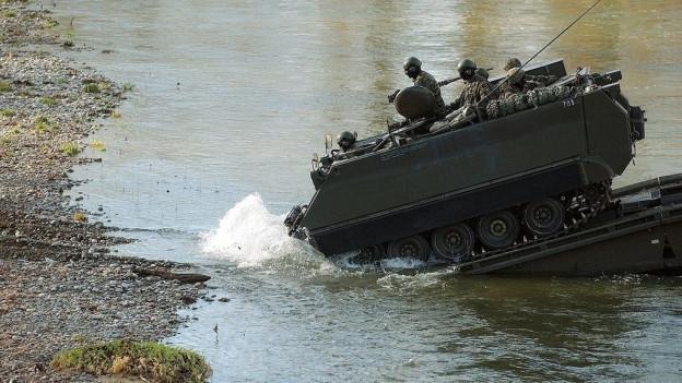 Panzer bei Flussüberquerung