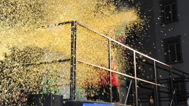 Der Föbü wird mit der Konfettikanone in den Fasnachtshimmel verschossen.