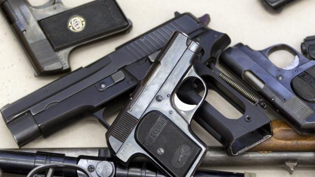 Pistolen und Gewehre.