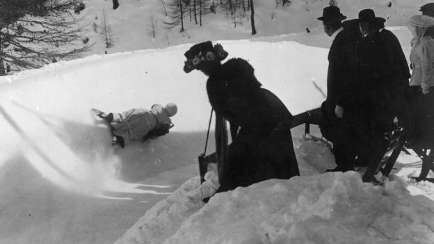 Schwarz-weiss Fotografie einer Frau im Eiskanal.