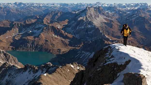 Ein Bergsteiger hoch über der felsigen Landschaft des Rätikon.