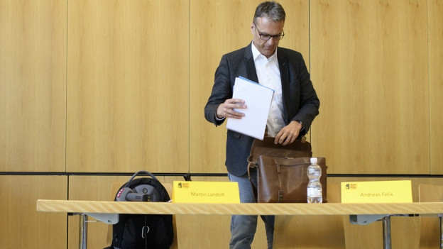 Andras Felix packt seine Ledermappe nach der Pressekonferenz