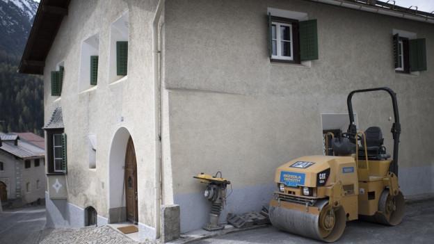 Walze steht vor Bündner Haus