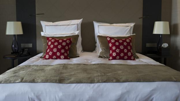 Hotelzimmer, Bett mit zwei Kissen