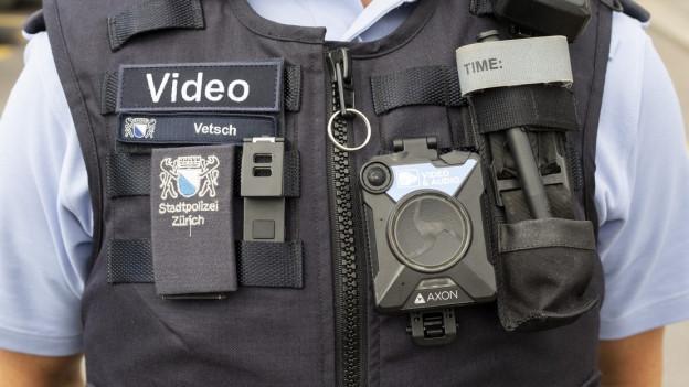 Zürcher Polizisten beim Bodycam-Versuch