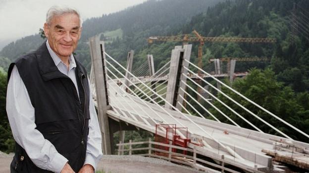 Christian Menn steht vor «seiner» Sunnibergbrücke bei Klosters