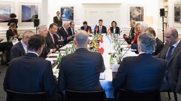 Die Teilnehmer des Sechsertreffens an einem Tisch