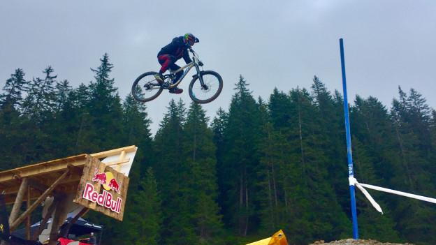 Biker springt über Schanze