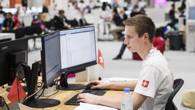 Informatiker arbeitet am Tisch