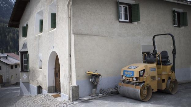 Baustelle mit Geräten, Haag und Schutthaufen