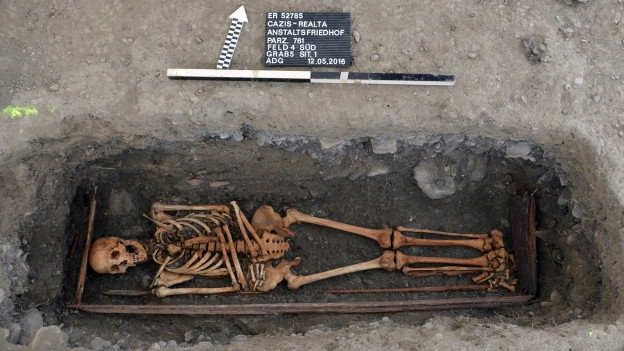 Skelett in einem Grab