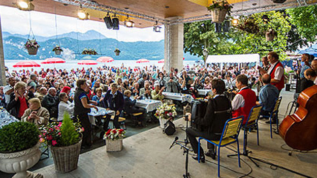 Blick von Bühne über Publikum hinaus auf den See.