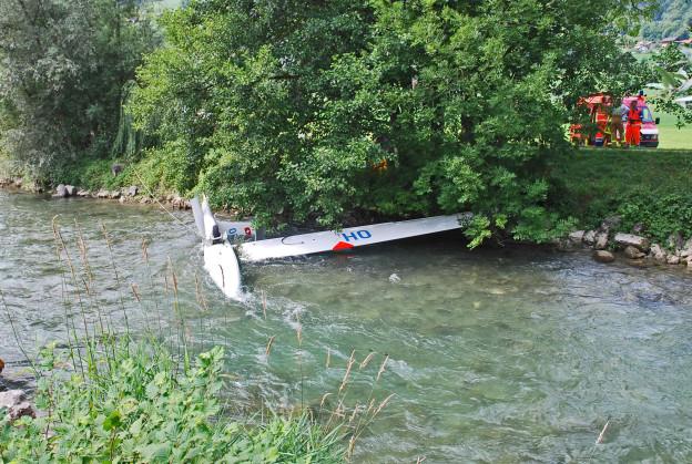 Der abgestürzte Segelflieger in der Sarneraa.