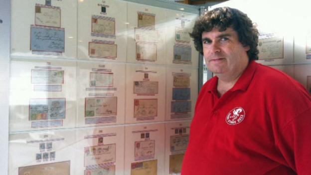 Bruno Mathis zeigt seine Poststempelsammlung in Stans.