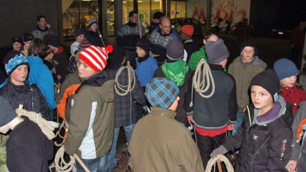 Die Krienser Schulkinder erhalten letzte Anweisungen wie man richtig mit den Geisseln chlöpft.