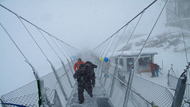 Die 100 Meter lange Hängebrücke am Titlis wurde bei garstigen Wetterverhältnissen eröffnet.