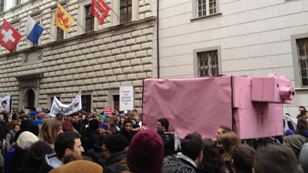Schüler demonstrieren mit symbolischem Sparschein.