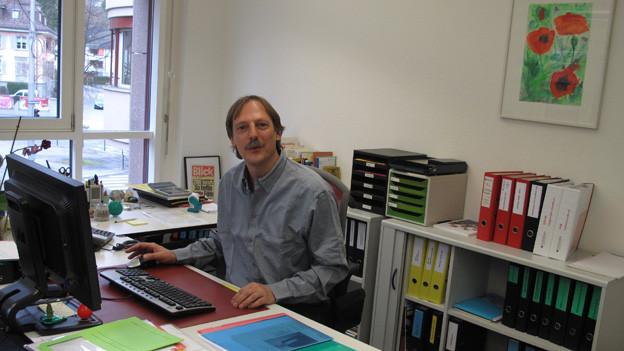 Felix Föhn räumt sein Büro im Schweizerischen Arbeiterhilfswerk, bevor er die Leitung der Strafanstalt Wauwilermoos übernimmt.