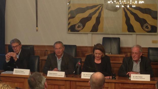 Im Urner Rathaus informieren (von links)Bernhard Russi, Samih Sawiris, Regierungsrätin Heidi Z'graggen, Otto Sieber von Pro Natura