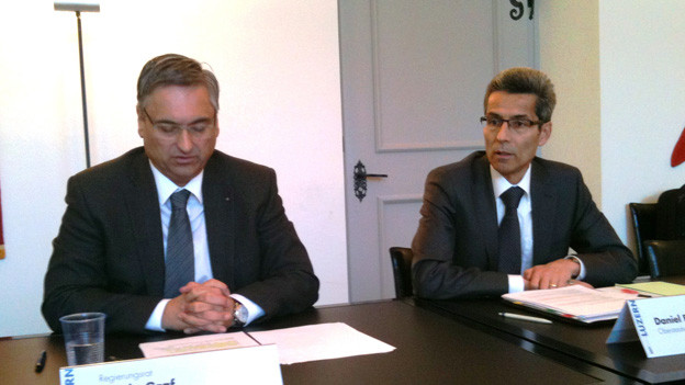 Regierungsrat Guido Graf (links) und Oberstaatsanwalt Daniel Burri stellen den Datenaustausch vor.