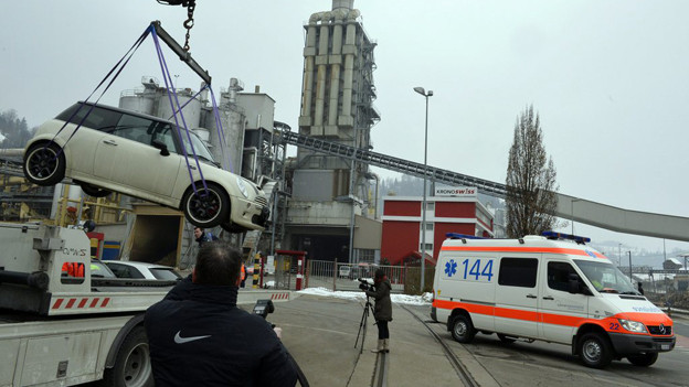 Ein Auto wird von Kriminaltechnischen Dienst abtransportiert, auf dem Firmengelände von Kronospan in Menznau.