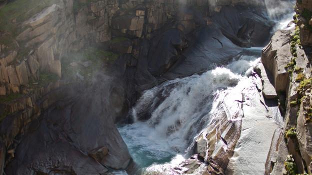 Der Umgang mit Gewässern im Kanton Uri, wie hier mit der Reuss, ist im Leitbild geregelt.