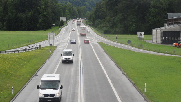 Die A8 wird im Gegenverkehr geführt.