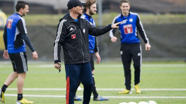 Carlos Bernegger gibt als neuer Trainere dem FCL erste Anweisungen.