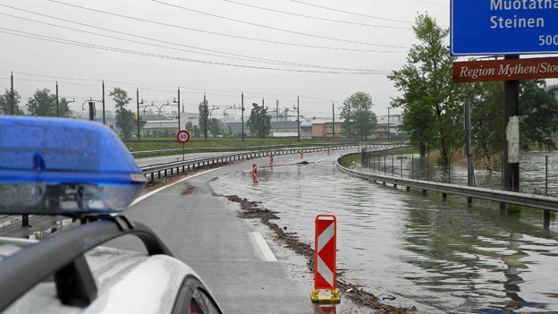 Weil der Lauerzersee über die Ufer trat, musste die A4 gesperrt werden.