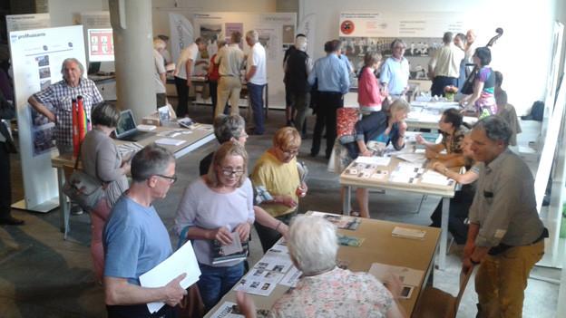 Interessierte an der Ausstellung des Forums Luzern 60plus.
