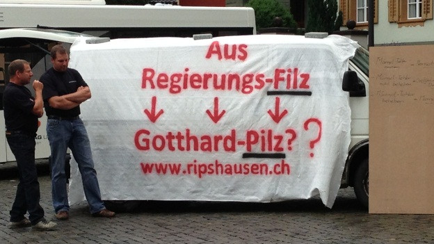 Vor dem Rathaus in Altdorf macht der unterlegene Bieter seinem Ärger Luft.